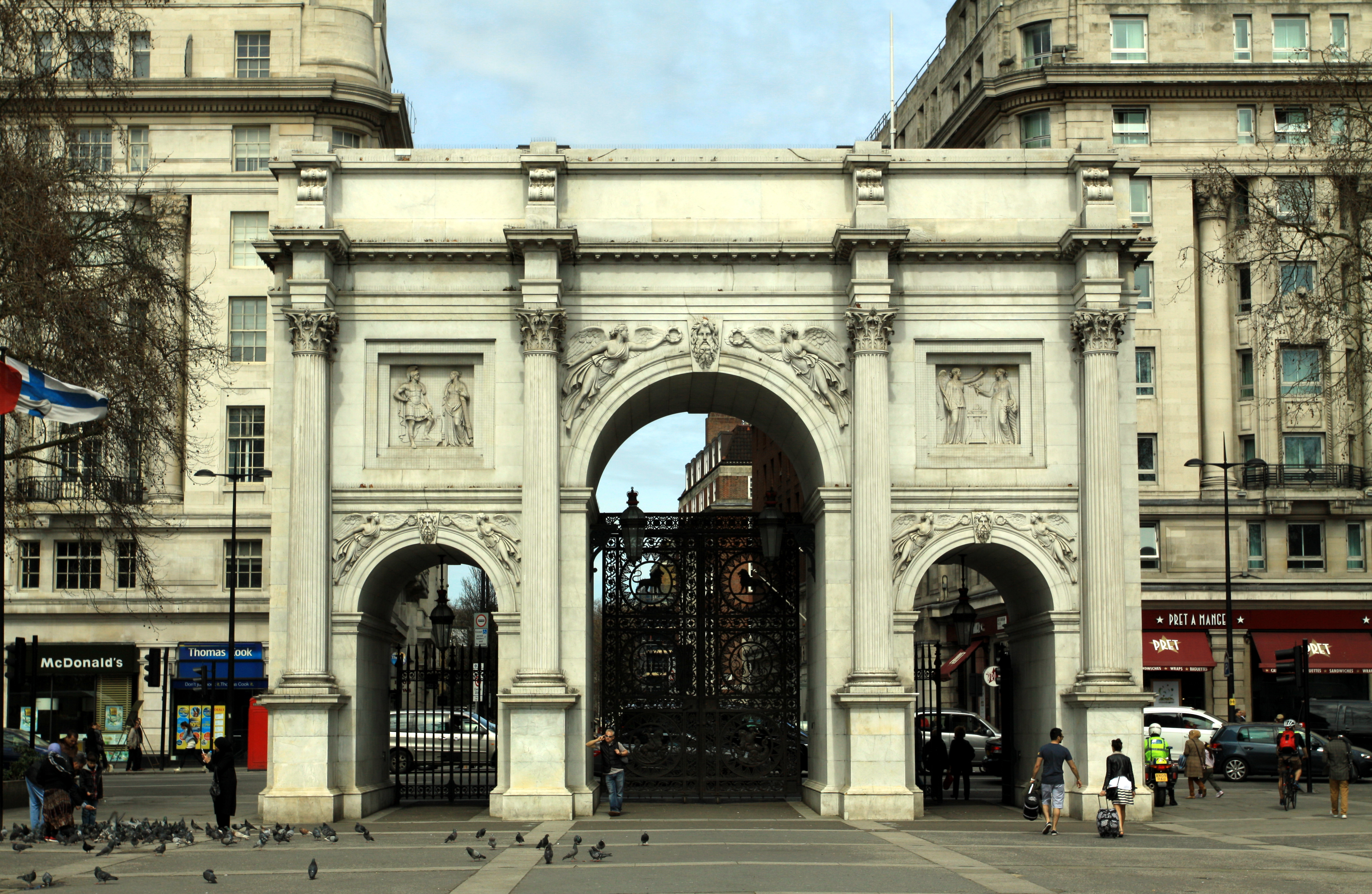 https://upload.wikimedia.org/wikipedia/commons/0/08/Marble_Arch_in_London,_spring_2013_%284%29.JPG